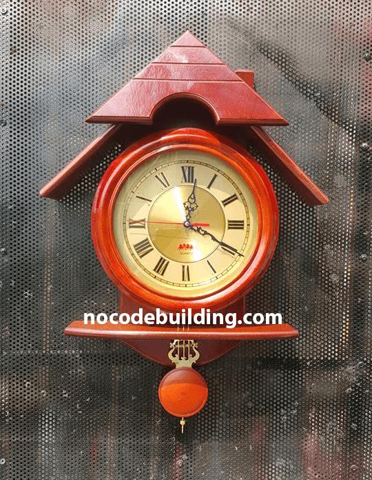 Đồng hồ treo tường bằng gỗ hình ngôi nhà